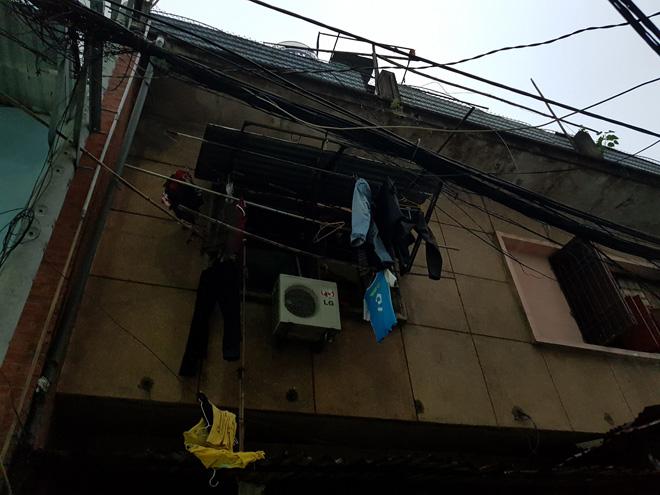 Cháy chung cư ở Sài Gòn, cảnh sát giải cứu hai mẹ con mắc kẹt trong khói lửa - 1