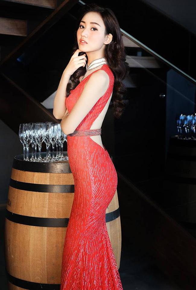 Cô ít xuất hiện trong các sự kiện giải trí, thường xuyên khoe ảnh đi du lịch nhiều nơi trên thế giới.