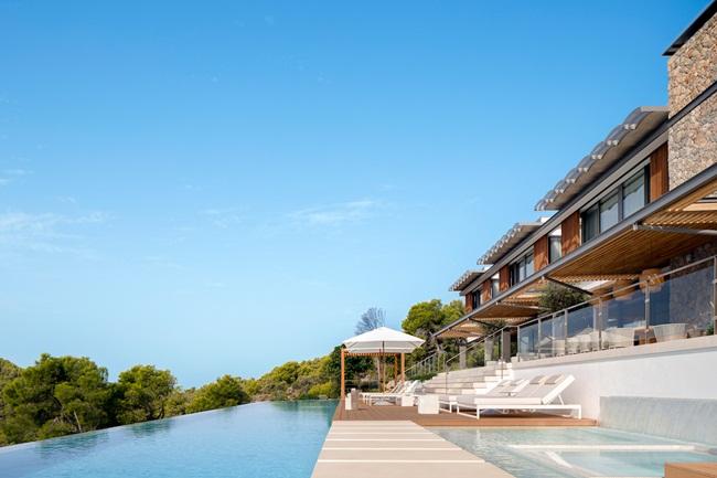 Căn nhà nằm ở Mallorca, Tây Ban Nha, được thiết kế kết hợp giữa kiến trúc nhà ở và phong cách resort giúp gia đình chủ nhân có thể tận hưởng sự thoải mái.