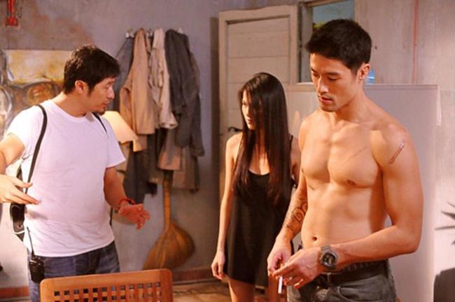 """Bụi đời chợ Lớn là một trong những dự án phim hành động lấy bối cảnh xã hội đen tại Việt Nam rất được mong chờ cách đây 5 năm. Tuy nhiên, vì chứa quá nhiều cảnh hành động bạo lực mà bộ phim bị hoãn ngày ra mắt kéo theo sự thất vọng của cả ê-kíp thực hiện. Một trong số những nam diễn viên được chú ý nhất trong phim là Johny Trí Nguyễn với vai Phong """"bụi""""."""