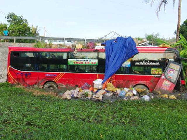 Xe khách lao xuống ruộng sâu, hàng chục hành khách hoảng loạn