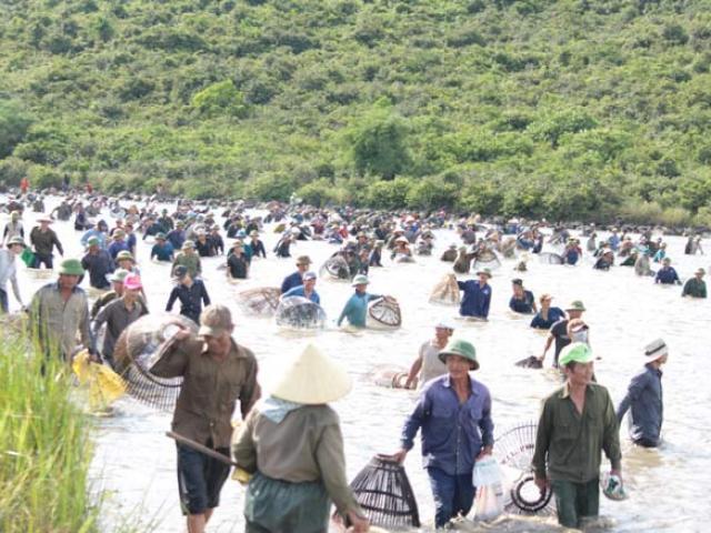 Cả nghìn người lao xuống sông bắt cá để tế thần lấy vận may