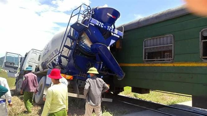 Xe bồn chở bê tông vượt đường sắt bị tàu hỏa đâm văng - 1
