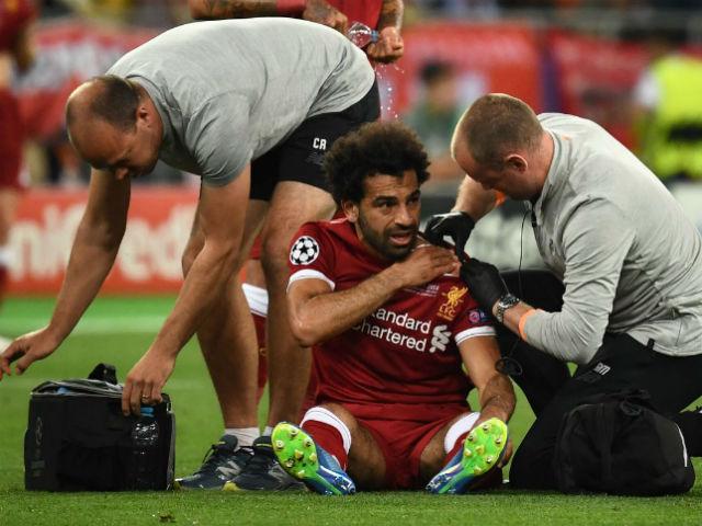 """""""Đại ca"""" Ramos tung võ, khóa tay như MMA: Salah rơi lệ rời sân"""