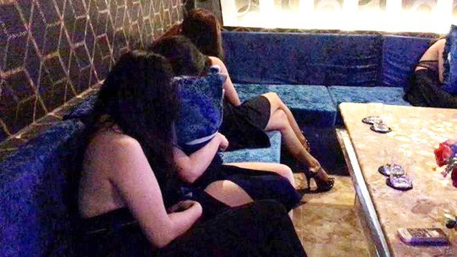 Kiểm tra nhà hàng trên đường Trần Quang Khải, gặp nữ thoát y - 1