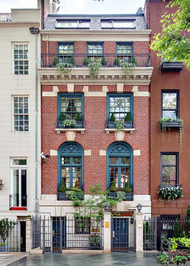 """Đó là trường hợp của ngôi nhà tại số 163E phía đông đường số 64 ở Manhattan, New York, Mỹ. Nó đã đã qua tay 12 nhóm người môi giới và đều không gặp may mắn.Đây là ngôi nhà mặt phố theo phong cách tân thời Georgia được các đại lý chào bán như một """"kiệt tác kiến trúc""""."""