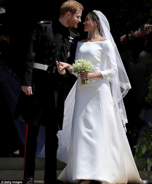 Nhà mốt bị la ó vì tố váy cưới công nương Anh là hàng nhái - 1