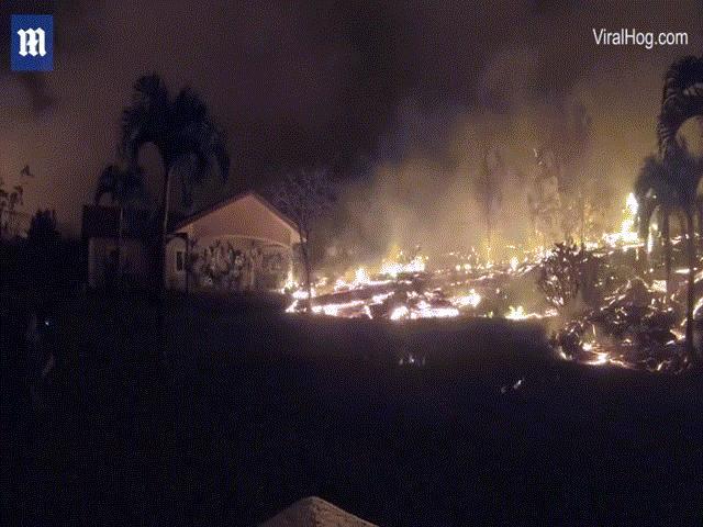 """Kinh hoàng cảnh dung nham nóng chảy """"nuốt"""" nhà ở Hawaii"""