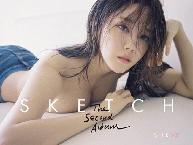 Hyomin (T-ara)để ngực trần nằm trên giường được chọn làm một trong những ảnh bìa của album thứ hai mang tên Sketch.