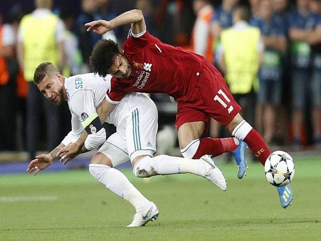 """Ramos tiểu xảo mạo phạm """"vua Salah"""": Triệu fan Ai Cập nổi giận, đòi cấm cửa"""