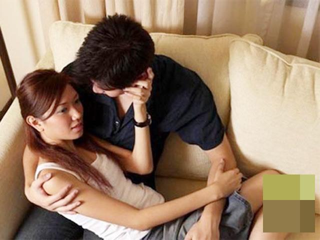 Bạn gái khóc lóc cả đêm vì tôi chạm ngực khi hôn