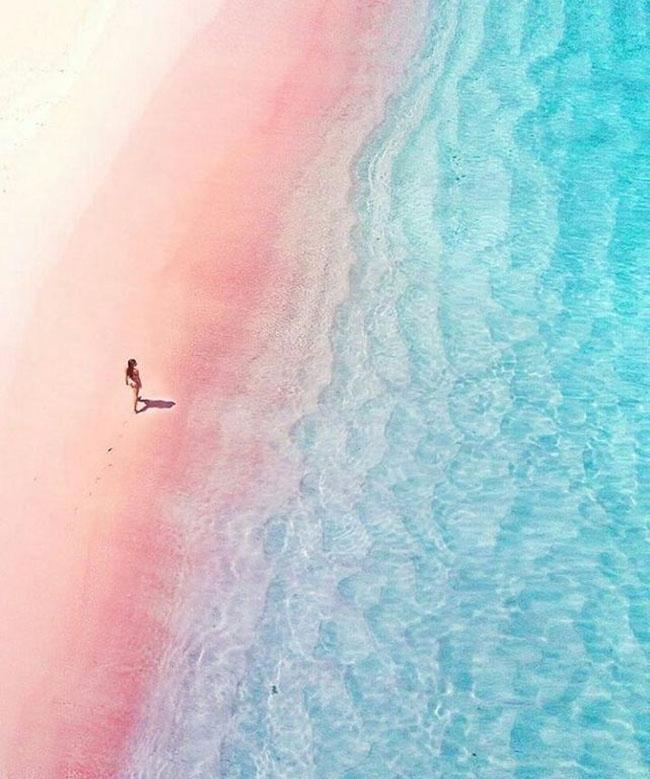 Choáng ngợp với bãi biển màu hồng như bước ra từ truyện tranh - 1