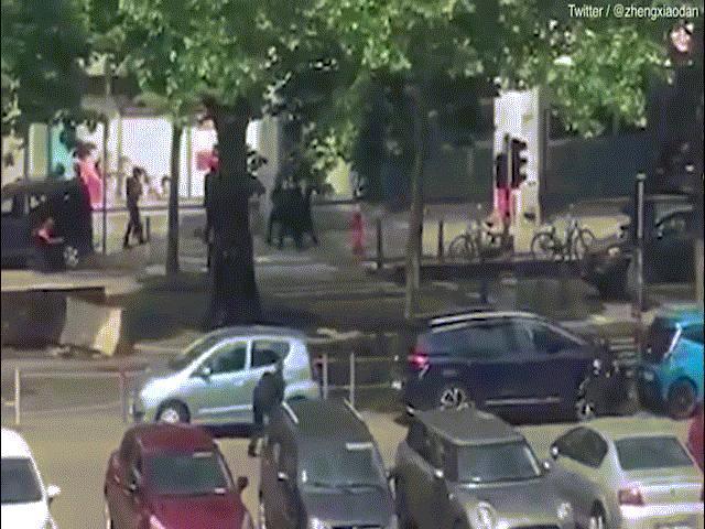 Khoảnh khắc đặc nhiệm Bỉ đấu súng, bắn chết kẻ khủng bố