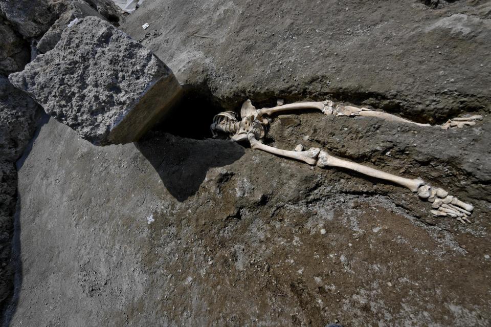 Ý: Bị đá khổng lồ rơi nát đầu khi chạy trốn thảm họa Pompeii - 1