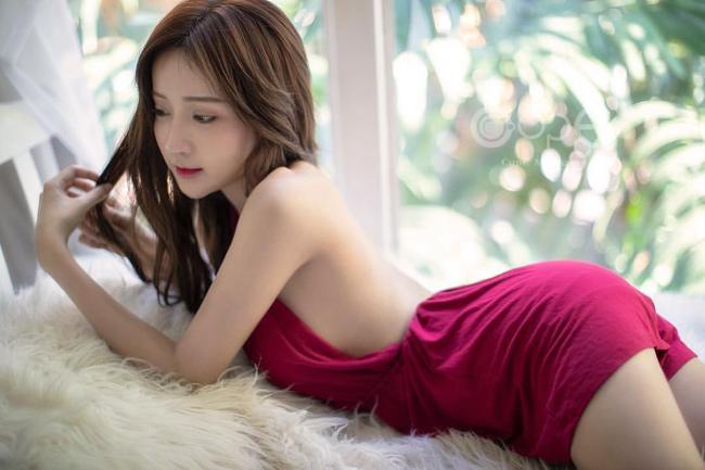 Cô gái đó là Thanyarat Charoenpornkittada một mẫu nữ nổi tiếng tại Thái Lan. Bộ ảnh fan girl MU được thực hiện bởi nhiếp ảnh gia Annopk.