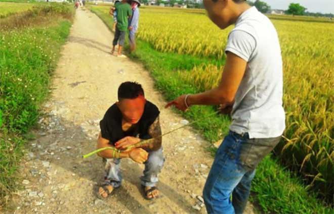 """Côn đồ xăm trổ """"bảo kê"""" máy gặt lúa: Muốn gặt phải nộp 5 triệu đồng - 1"""