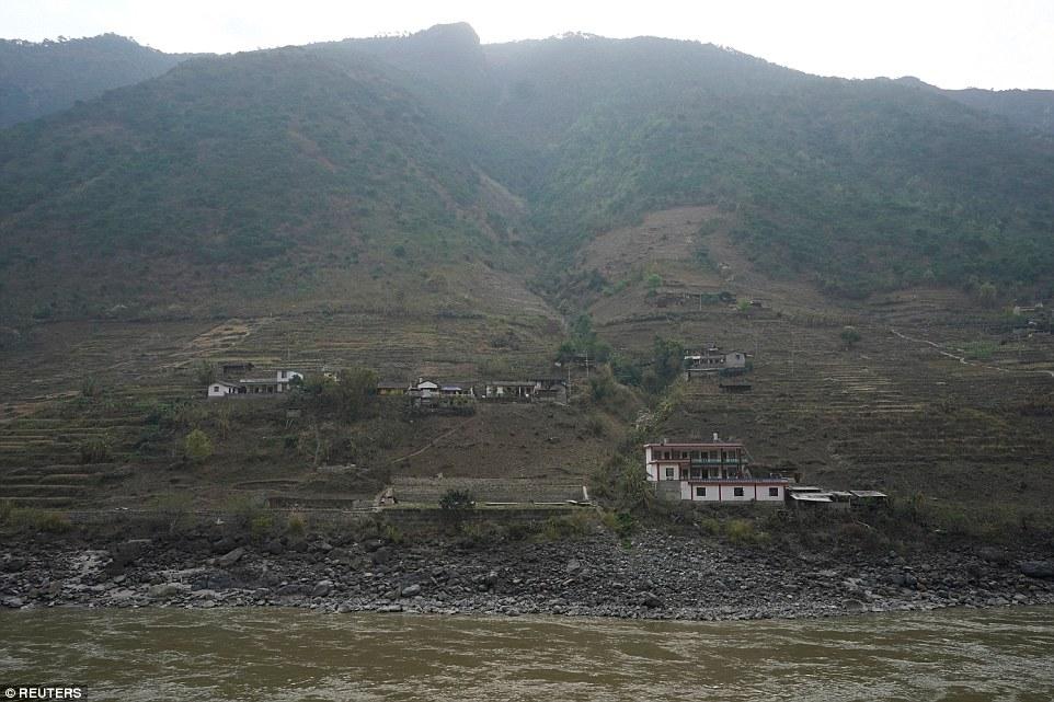 TQ: Nơi dân làng trượt dây vèo vèo qua sông hằng ngày - 1