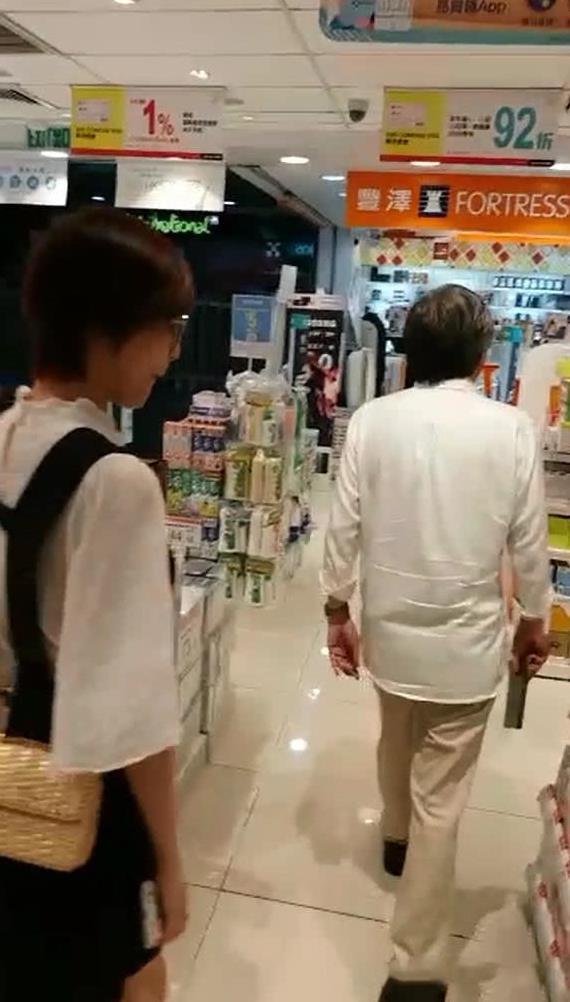 Đạo diễn bị tố tấn công tình dục Trịnh Sảng hẹn hò mỹ nhân đáng tuổi cháu - 1