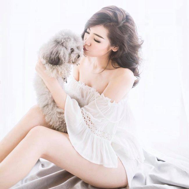"""""""Bạn gái Noo Phước Thịnh"""" Tú Anh khoe vòng 3 kín hở với ý tưởng chụp hình gợi cảm với váy ngủ, khiến người nhìn không thể rời mắt."""