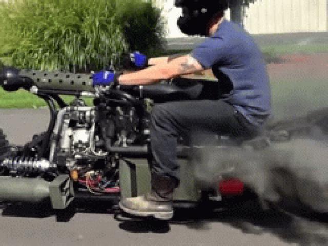 Choáng với môtô động cơ tăng áp diesel, dẫn động toàn bánh