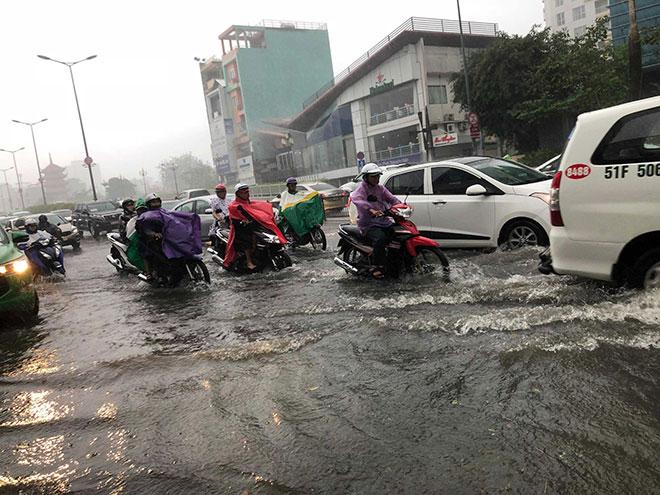 """Mưa 1 giờ, cửa ngõ sân bay Tân Sơn Nhất """"tụ nước"""" đến nửa bánh xe - 1"""