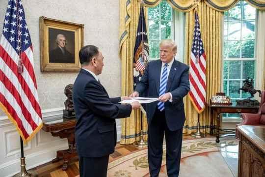 """Soi bức thư """"khổng lồ"""" ông Kim gửi ông Trump - 1"""