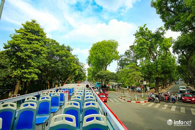 Ngày 30/5 vừa qua, xe bus 2 tầng chính thức lăn bánh ở Hà Nội phục vụ du khách và người dân. Không chỉ đơn giản là thêm một tầng mới với mui trần, du khách có thể được trải nghiệm một Hà Nội từ góc nhìn lạ hơn.