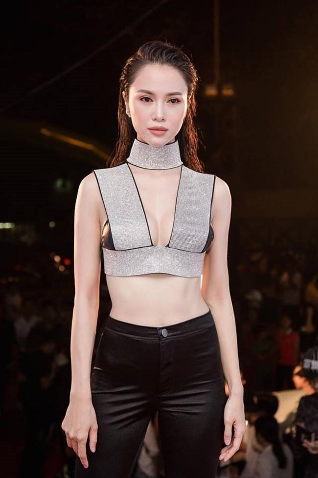Trang phục khiến Vũ Ngọc Anh hứng đá dư luận vì mặc như không và không phù hợp khi xuất hiện trong một sự kiện tầm cỡ như vậy.