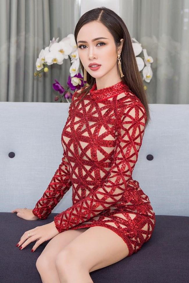 Những ô đỏ đan xen với gam đỏ nhìn qua tưởng Vũ Ngọc Anh đang mặc trang phục cut out hở toàn thân.