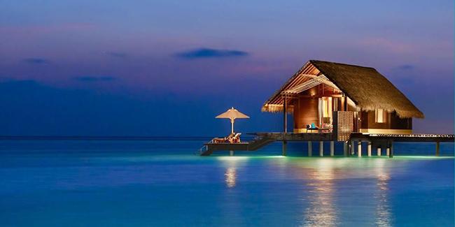Khách sạn Reethi Rah – Maldives: Nằm trên một hòn đảo nhiệt đới ở Maldives, khách sạn này là một trong những khu nghỉ dưỡng tốt nhất trên thế giới với làn nước biển trong vắt màu ngọc lam và dải cát trắng mềm trải dài khắp bãi biển.