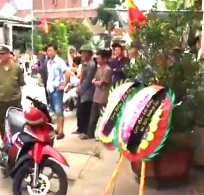 Mang vòng hoa, mở nhạc đám tang… trước cổng nhà Trưởng Công an xã - 1