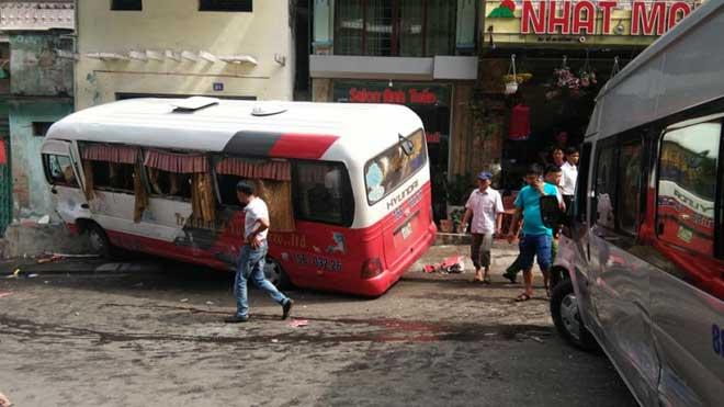 Xe khách mất phanh gây tai nạn tại Cát Bà, 10 người bị thương - 1