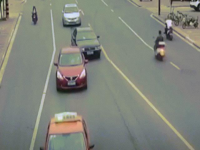 Trung Quốc: Ô tô đang đi bốc cháy như ngọn đuốc khiến người dân hoảng loạn