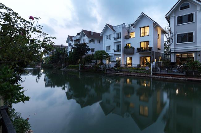 Căn nhà nằm trên khu đất rộng 235m2, trong một khu biệt thự liền kề ở Long Biên, Hà Nội.