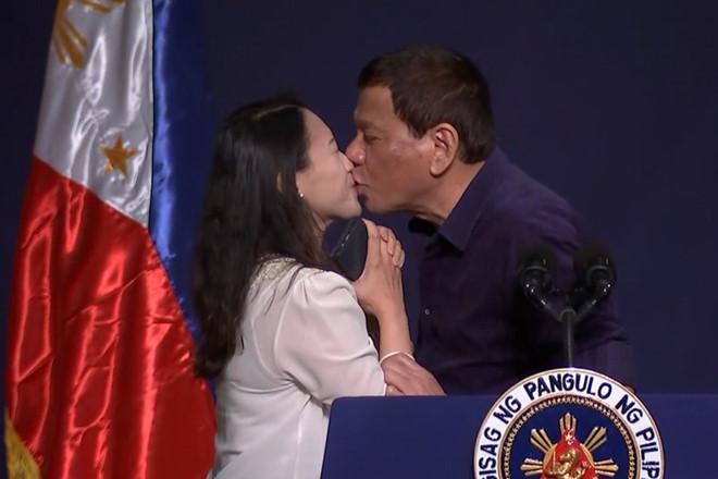 """Tổng thống Philippines gây """"bão"""" vì hôn môi nữ lao động ở HQ - 1"""