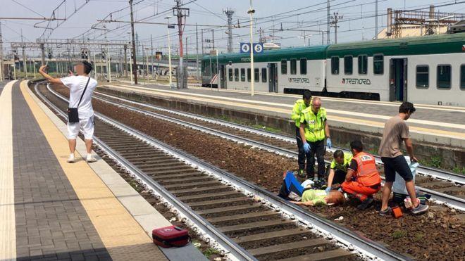 Ý: Hành động gây sốc của thanh niên khi thấy tai nạn tàu hỏa - 1