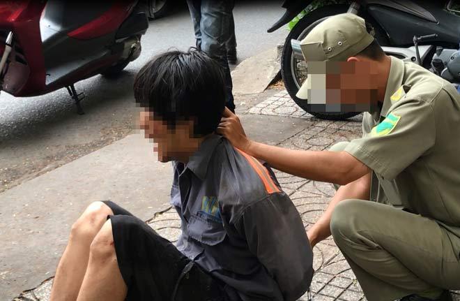 Người nước ngoài có hành động lạ giữa Sài Gòn bị dân vây bắt - 1
