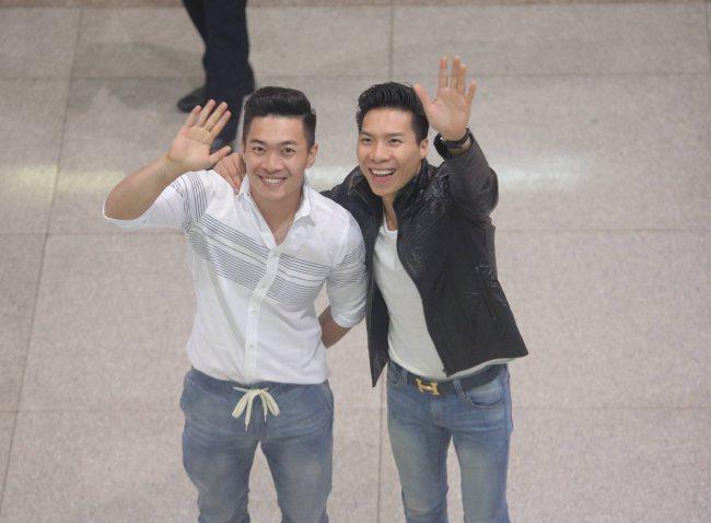 Quốc Cơ ôm chặt vợ, Quốc Nghiệp diễn xiếc với con trai ở sân bay Tân Sơn Nhất - 1