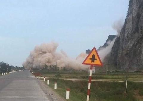 Quảng Bình: Mìn nổ ầm ầm sát quốc lộ, bụi phủ kín đường - 1
