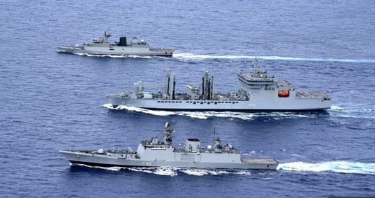 """Rời biển Đông, tàu chiến Ấn Độ bị tàu Trung Quốc """"bám đuôi"""" - 1"""