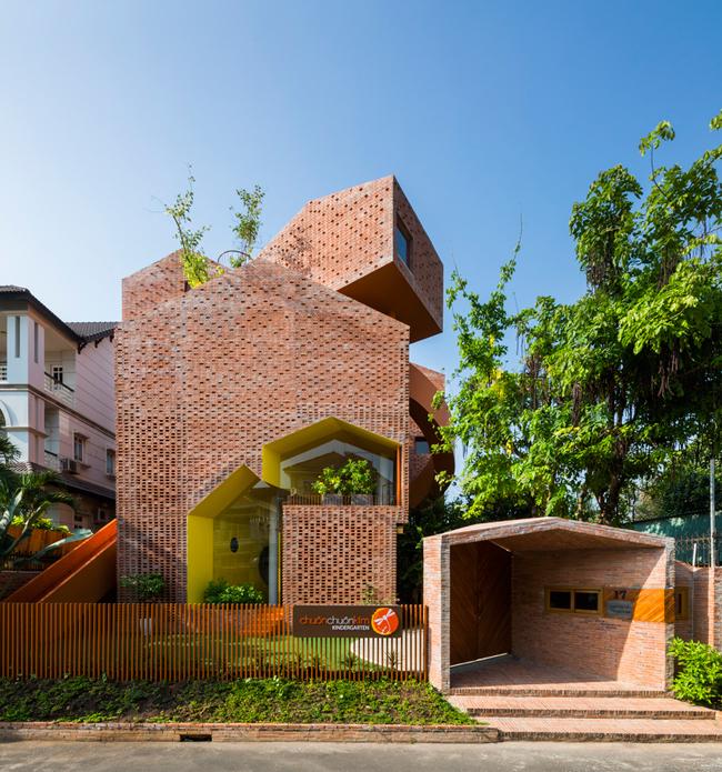 Trường mẫu giáo này tọa lạc trên một mảnh đất rộng 409m2 thuộc quận 2, thành phố Hồ Chí Minh.