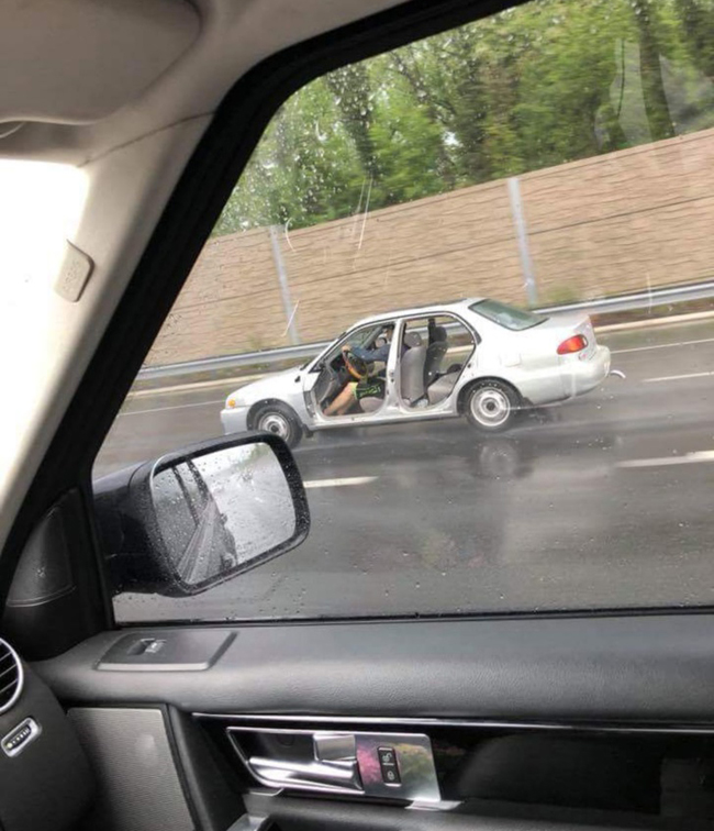 Nắng nóng tháo cửa xe ra cho thoáng mát.