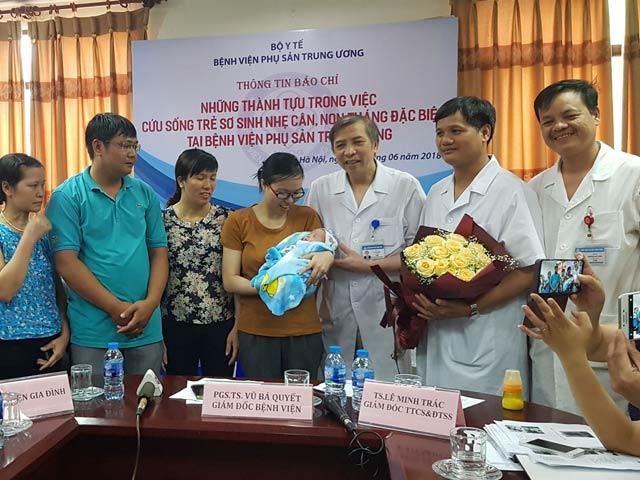 Hành trình cứu sống bé sinh non 0,5kg của cặp vợ chồng hiếm muộn - 1