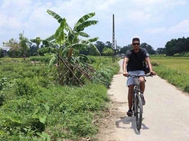 Sao M.U cùng vợ xinh đạp xe dạo phố, uống nước mía ở Hà Nội