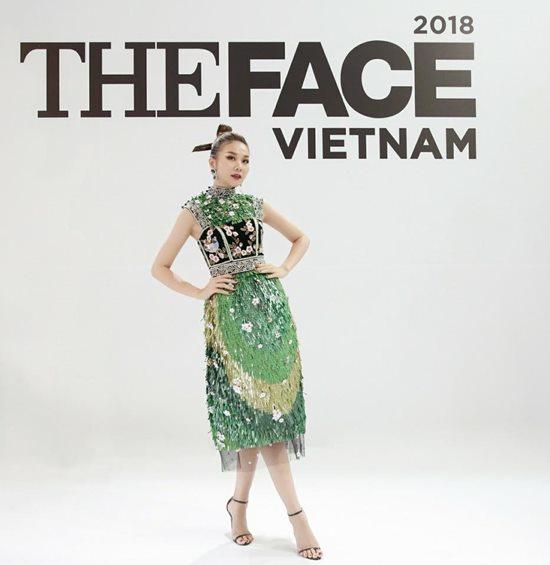 Thanh Hằng đẹp nhất tuần với đầm xanh ngọc bích - 1
