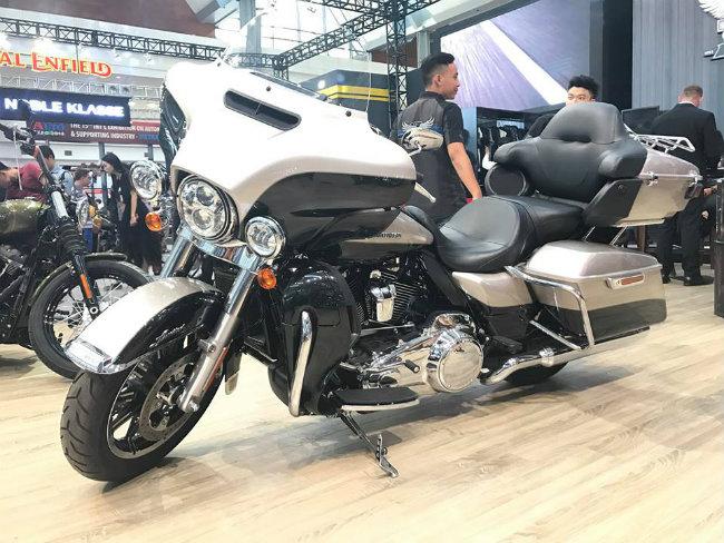 Về phong cách thiết kế, Harley-Davidson Ultra Limited Low là dòng xe hành trình, chạy đường trường. Tuy nhiên như tên gọi của xe, mẫu xế này có thiết kế hệ thống treo trước và sau thấp, đem lại chiều cao yên ngồi thấp nhất trong gia đình Harley-Davidson với chiều cao chỉ 652 mm.