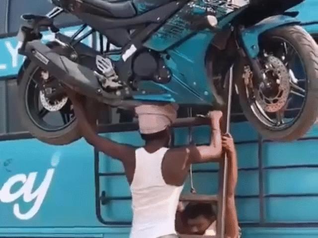 Khó tin người đàn ông dùng đầu nhấc bổng chiếc motor thể thao