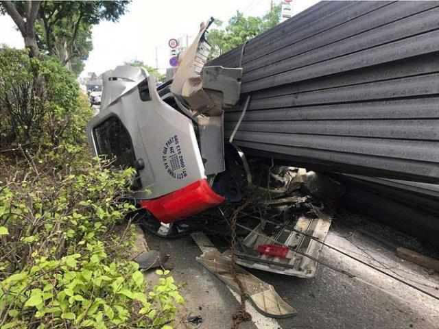 Xe container bay đầu sau cú phanh gấp, quốc lộ 1A kẹt xe kinh hoàng