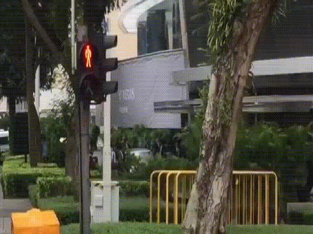 Video 10 vệ sĩ chạy bộ theo xe chở ông Kim Jong-un ở Singapore