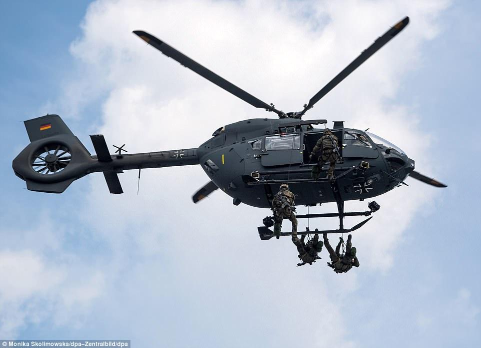 Xem đặc nhiệm Đức diễn tập tụt từ trực thăng xuống giải cứu con tin - 1